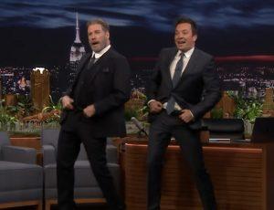VIDEO | Mira a John Travolta volver a bailar Grease a sus 64 años