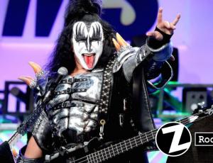Gene Simmons de 'Kiss' casi se cae de plataforma en pleno show
